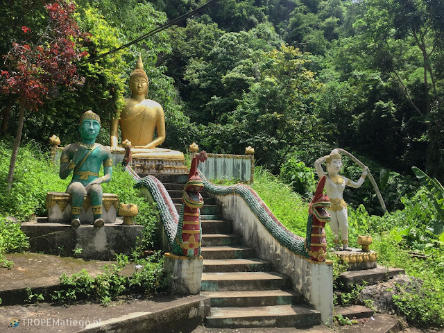 Budda przed jaskiniami Tham Piew