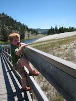 Ook kleine broer (2,5 jaar) gaat op ontdekkingstocht - Midway Geyser Basin - Yellowstone National Park