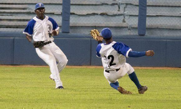 A pesar de que se jugó en plazas de equipos sotaneros en la tarde de este viernes más de 17 000 aficionados asistieron a los partidos de la 57 Serie Nacional de Béisbol Foto: Ismael Francisco