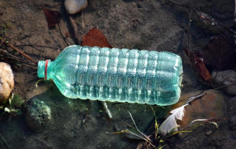 Garrafa plástica na Natureza