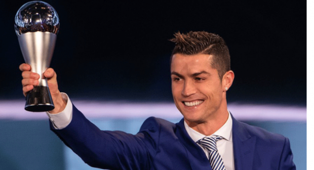 كريستيانو رونالدو يتوج كأفضل لاعب في العالم لسنة 2017 وزيدان كأفضل مدرب