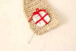 come cucire le decorazioni sul tag base
