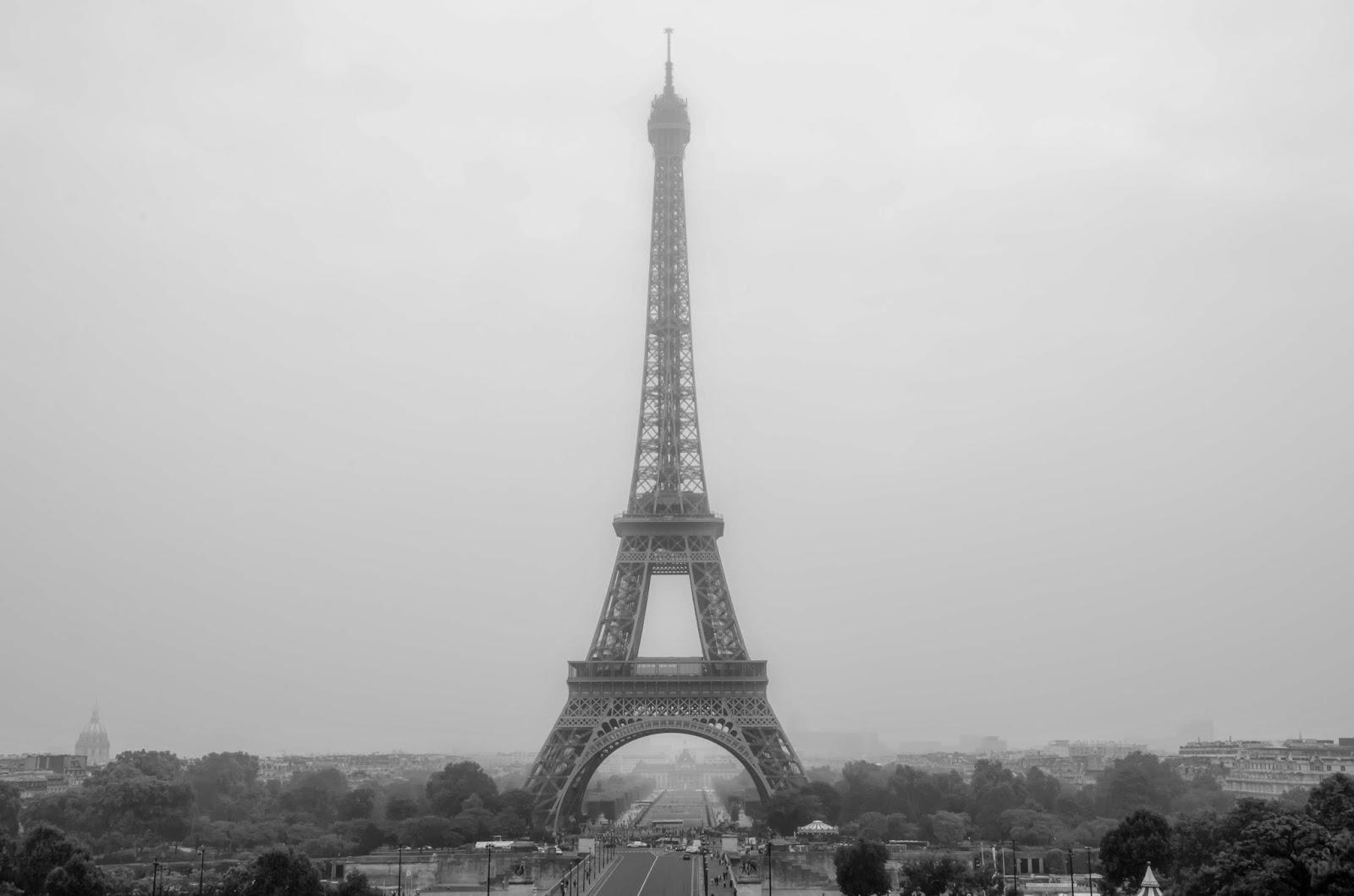 Torre Eiffel em dia nublado
