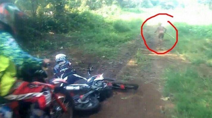 Des pilotes de motocross captent une mystérieuse créature sur vidéo, personne ne sait ce que c'est!