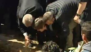 Η μητέρα του Σμηναγού Γιώργου Μπαλταδώρου φιλάει το χώμα που θα σκεπάζει τον γιο της! (Βίντεο)