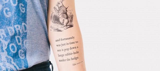 """Empresa convida 2.500 para fazerem tatuagens temporárias de trechos do clássico """"Alice no País das Maravilhas"""""""