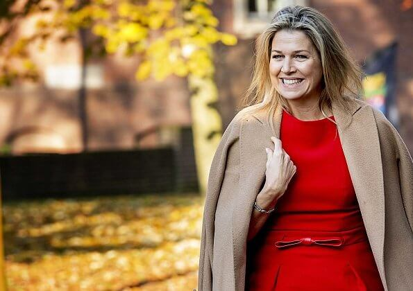 Queen Maxima wore a red dress by Vermeulen van Natan. The agreement is part of the program of The More Music in Classroom