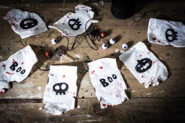 Do it yourself Halloween Dekoration: Anleitung für eine gruselige Wimpelkette aus Tempo-Taschentüchern. Happy Crafting by titatoni.de