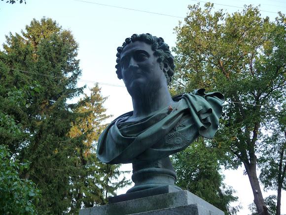 Нежин. Памятник графу И. А. Безбородко возле университета