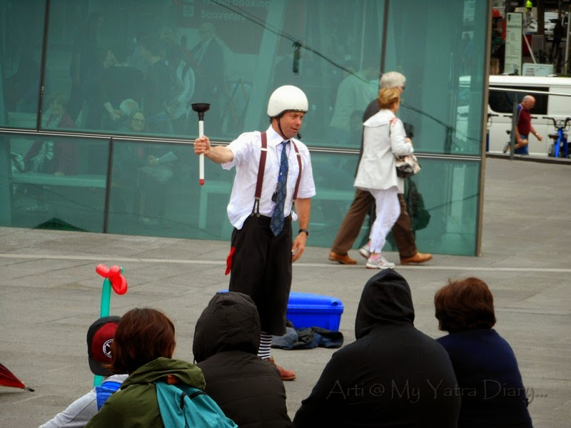 Magic tricks on the streets of Melbourne