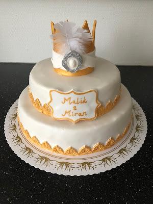 fec095636b1f En våningstårta för 30 pers i vitt och guld med krona önskades. Fylld med  hallonmousse, hallonsylt och Marabou mjölkchokladmousse. Spacklad med  smörkräm och ...