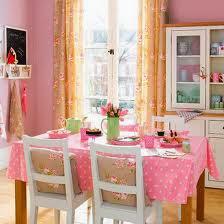 Comedor en verde y rosa