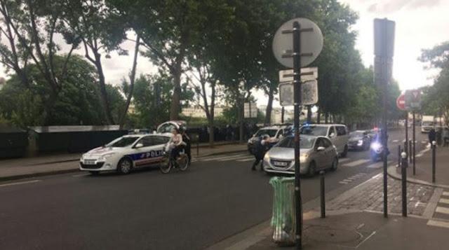 Πυροβολισμοί στην Παναγία των Παρισίων: Άνδρας επιτέθηκε με σφυρί κατά αστυνομικών