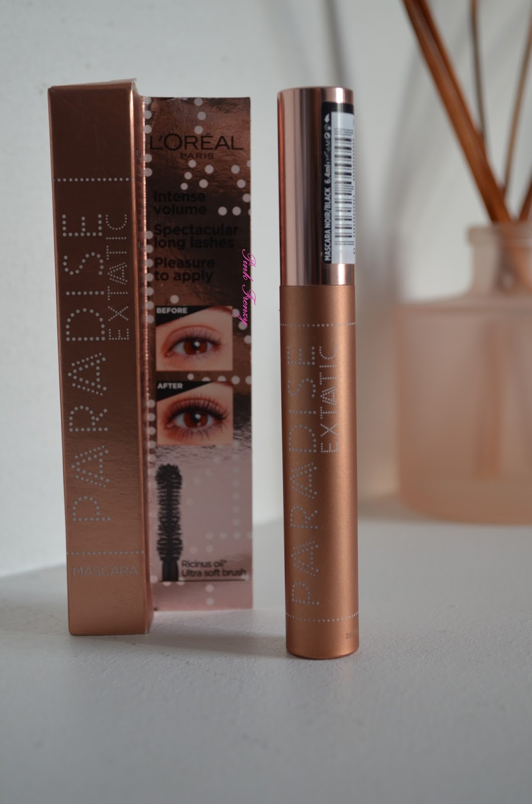 d40f3f4caea The mascara comes in a beautiful rose gold packaging. Other then that the  packaging is a simple tube. It has a hourglass shape brush, which you can  see down ...