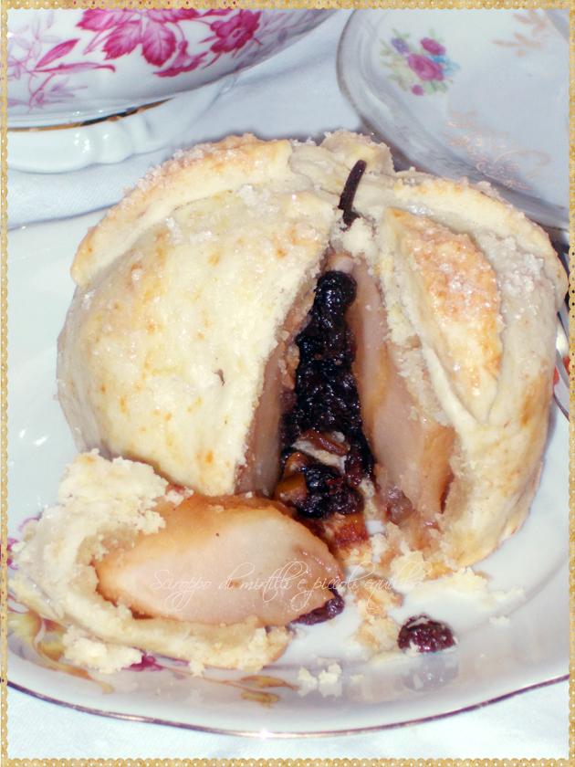 Mela rivestita aperta con visione del ripieno di uvetta e cannella