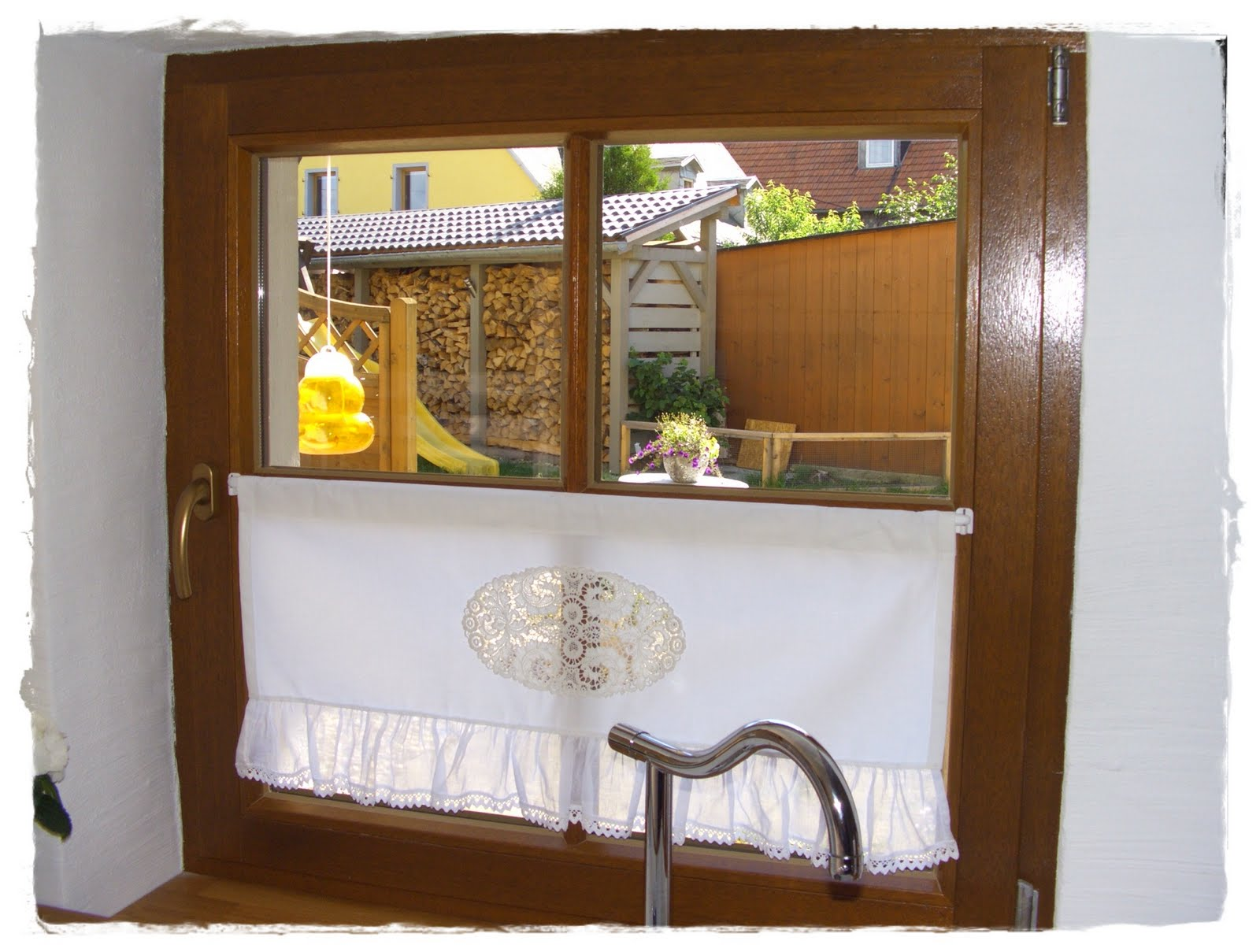 wei e landliebe gardinen f r die k che. Black Bedroom Furniture Sets. Home Design Ideas