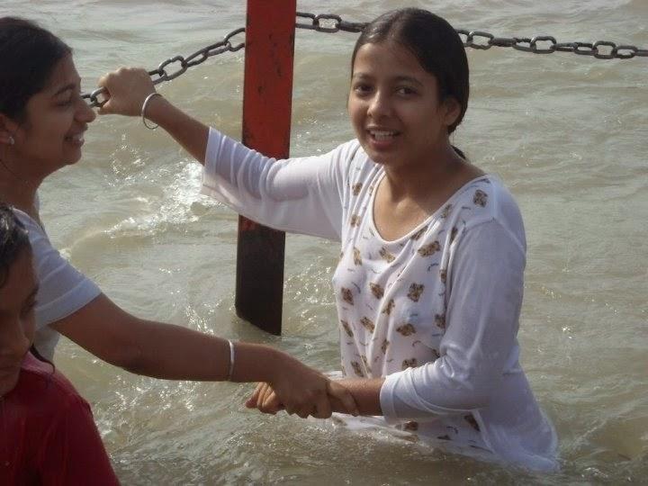 Indian Desi Hindu Girls Bathing Ganga River Hot Photos -1735