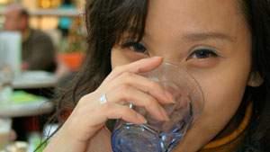 minum air hangat mengawali berbuka puasa, tubuh lebih sehat