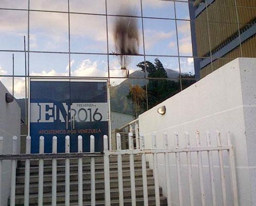 Lanzaron excremento y bombas molotov contra el edificio de El Nacional
