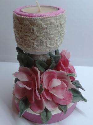 drewniany świecznik ozdobiony kwiatami  zmnej porcelany