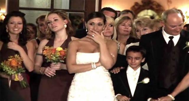 فيديو| عانق العريس هذه الإمرأة أمام عروسه.. عندما شاهدته العروس انفجرت بالبكاء! العريس تحدى كل التقاليد!