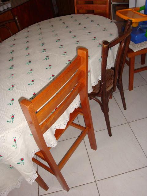 Misturando cadeiras na mesa de jantar