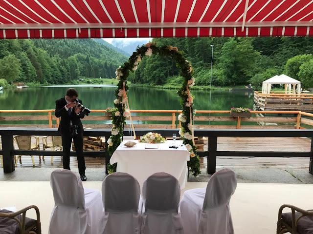 Freie Trauung auf der Seeterrasse, Regenhochzeit, Apricot, Lachs, Pfirsich, heiraten in den Bergen, Hochzeitshotel Riessersee Garmisch-Partenkirchen, Bayern, Hochzeitsplanerin Uschi Glas