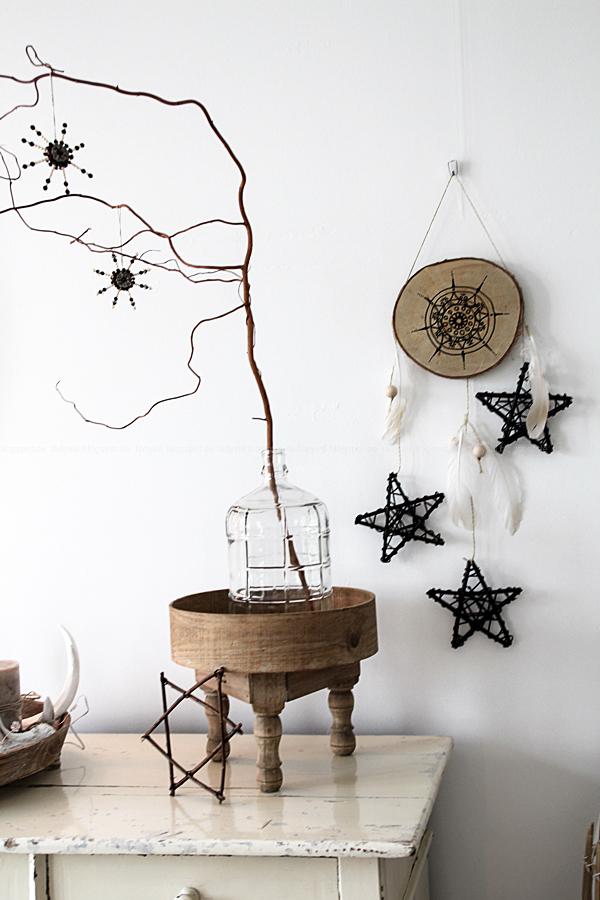 Weihnachtsschmuck im Bohostyle selbermachen, Mandala meets Baumscheibe, DIY Wandschmuck für Weihnachten, Federn und Sterne am Traumfänger, Christmas meets Boho