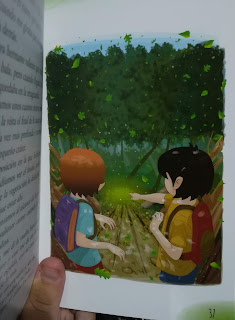 Imagen tomada de la novela La piedra verde, donde se ven a Txano y Óscar en el bosque señalando una piedra verde que ha cáido.