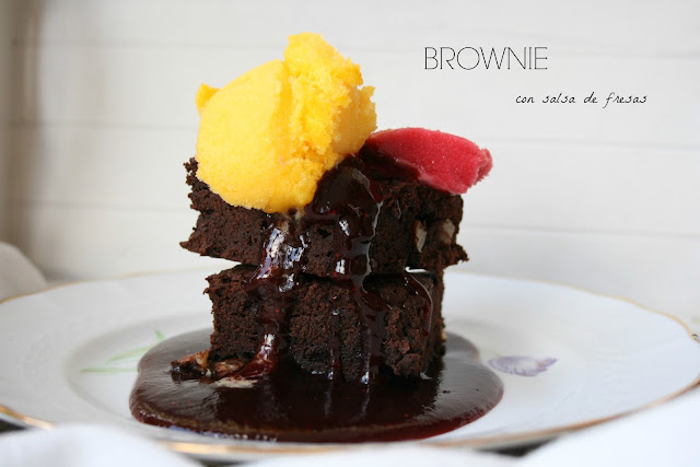 Brownie, salsa de fresas