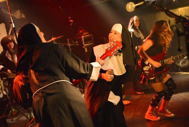 LADIES BALLBREAKER : elles jouent AC/DC en kilt et même en habit de nonnes