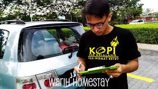 Warih-Homestay-En-Ashraf-Sedang-Mengisi-Borang-Maklumbalas