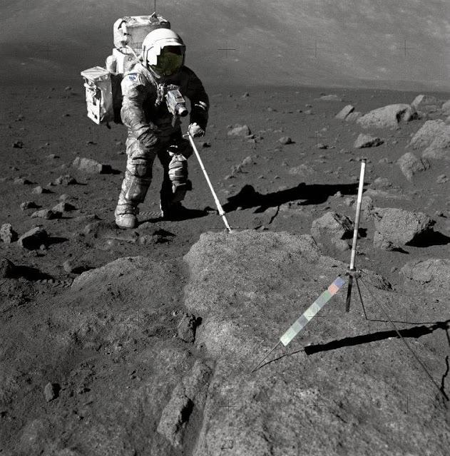 Astronauta Harrison Schmitt coleta amostras do solo lunar durante a amissão Apollo 17 em 1972