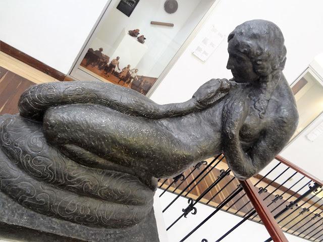蛇にそそのかされたイヴの銅像|コロンビア国立博物館