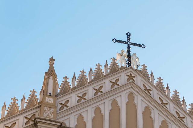 A Catedral de Curitiba - detalhe de escultura de anjos e cruz central