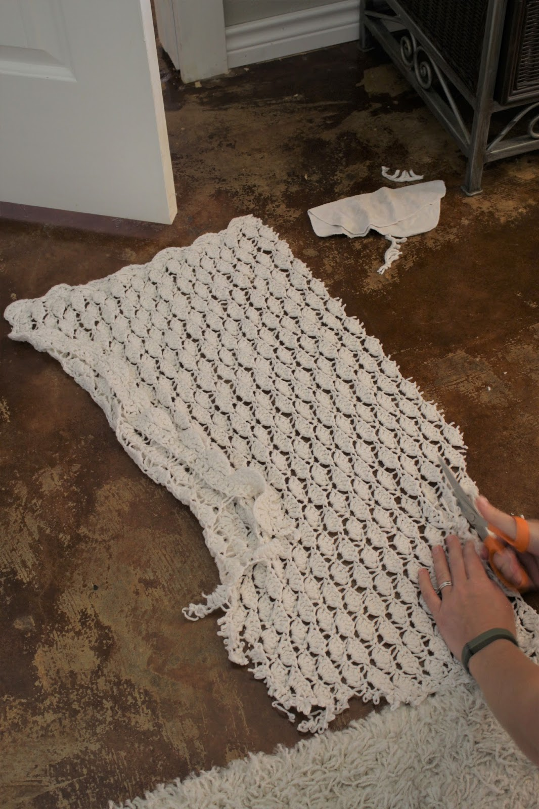 DIY Crocheted blanket wall hanging. Supplies: blanket, stick and scissors. So easy!