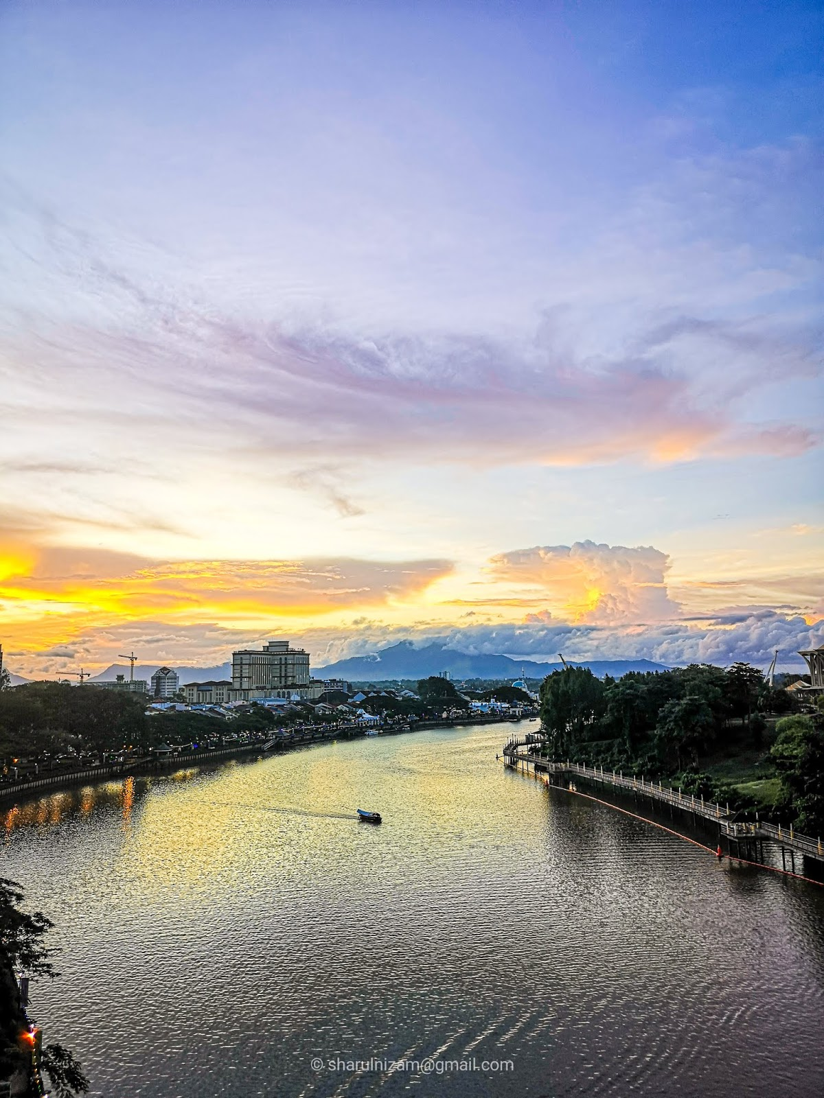Matahari terbenam di Sungai Sarawak