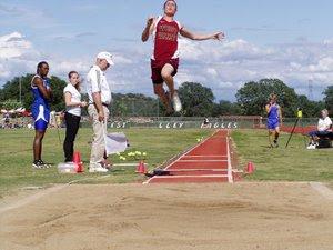 Atletik Lompat Jauh Gaya Jongkok