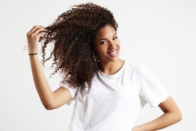 Cuidados especiais para deixar os cabelos crespos e ondulados mais bonitos