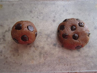 Boule de pâte crue de cookies au beurre de cacahuètes et pépites de chocolat, Dakatine