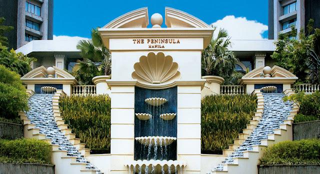 L'ingresso dello storico The Peninsula Hotel
