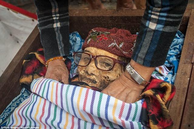 Tribu indonesia desentierra a sus parientes cada tres años para limpiarlos