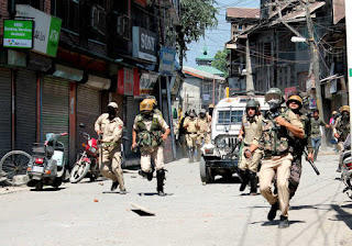 clashes-erupt-in-srinagar-anantnag-after-friday-prayers