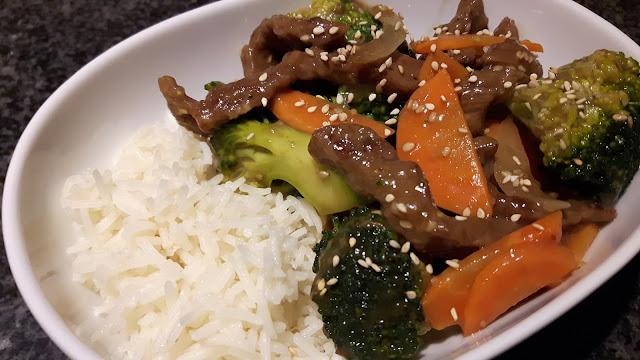 asiatisches Sesamrind mit Gemüse