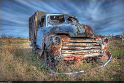 Paisaje con camión antiguo HDR