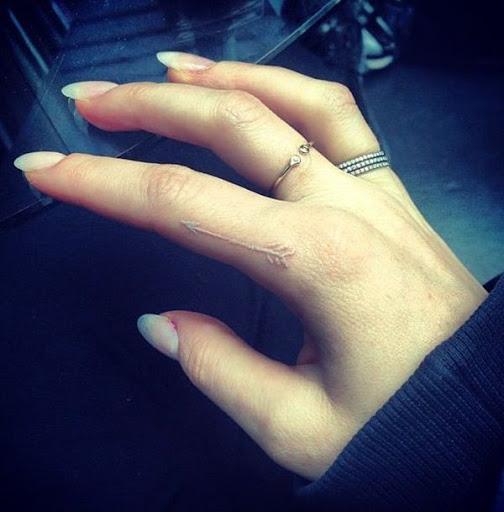 Uma seta para alongar o dedo