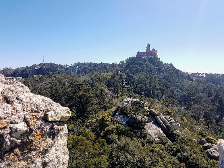 由摩爾人城堡與佩納宮對望