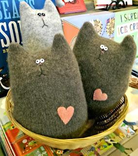 gatti stilizzati realizzati con un vecchio maglione