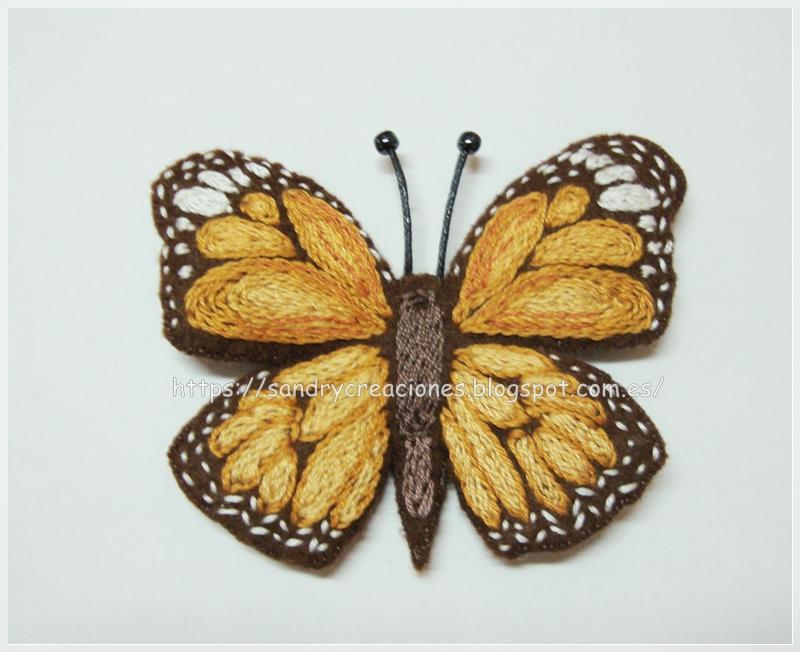 broche mariposa marrón bordada sobre fieltro terminado