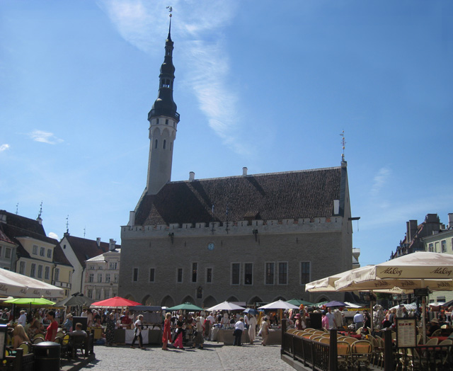 El Ayuntamiento de Tallin, en la plaza Raekoja